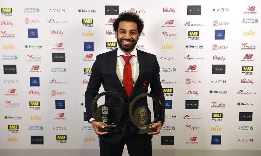 Mohamed Salah dengan dua trofi pemain terbaik Liverpool. (Foto: liverpoolfc.com)