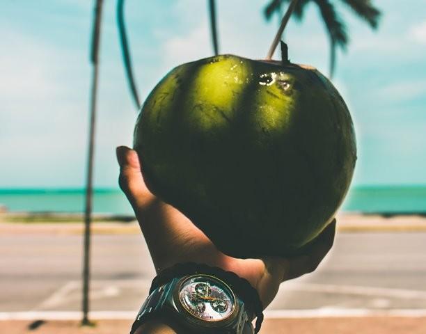 Banyak wanita yang mengaku bahwa penggunaan minyak kelapa secara teratur dapat mengurangi munculnya stretch mark karena mampu melembapkan dan mengandung vitamin E. (Foto: Marco López/Unsplash.com)