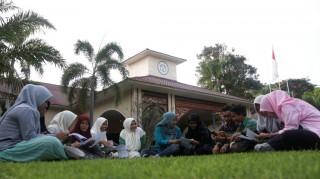 Siswa Terdiri dari Penerima Beasiswa dan Masyarakat Umum