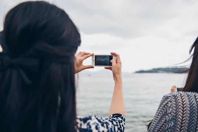 Sebuah studi Korea Selatan tahun 2015 menunjukkan bahwa kecanduan orang tua terhadap gawai adalah salah satu faktor kunci dalam menentukan kemungkinan penggunaan adiktif pada anak-anak. (Foto: Suhyeon Choi/Unsplash.com)