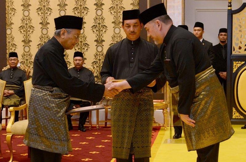 Perdana Menteri Malaysia Mahathir Mohammad usai dilantik oleh Sultan Muhammad V (Foto: AFP).