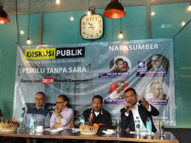 Pengamat Politik Boni Hargens (paling kanan) dalam diskusi publik 'Pemilu Tanpa SARA: Demokrasi 2019 Tanpa Cacimaki' di kawasan Cikini, Jakarta Pusat, Sabtu, 12 Mei 2018. Foto: Medcom.id/Damar Iradat