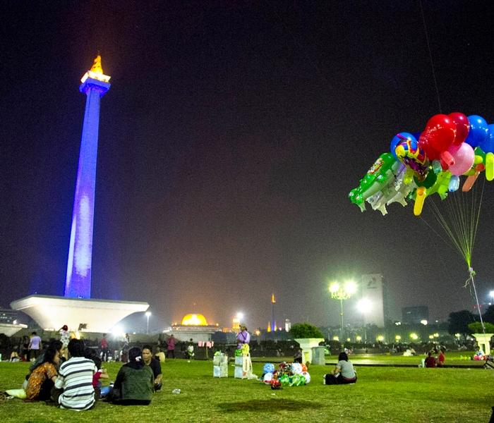 Suasana malam hari di Taman Monumen Nasional (MoNas), Jakarta, Jumat (22/3) malam. MI/ATET DWI PRAMADIA.