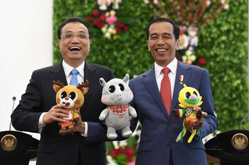 Presiden Joko Widodo (kanan) bersama Perdana Menteri Cina Li Keqiang (kiri) berfoto dengan maskot Asian Games XVIII usai pertemuan bilateral di Istana Bogor, Jawa Barat, Senin (7/5). ANTARA FOTO/Puspa Perwitasari.