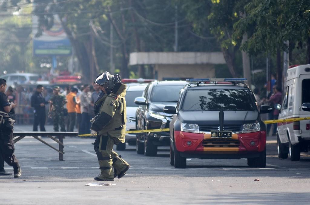 Personel penjinak bom bersiap melakukan identifikasi di lokasi ledakan Gereja Katolik Santa Maria Tak Bercela di Ngagel Madya, Surabaya, Jatim, Minggu 13 Mei 2018. (Foto: Antara/M RISYAL HIDAYAT)