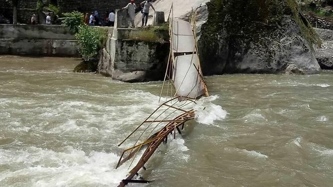 Jembatan yang ambruk dan menewaskan lima siswa. (Foto: Twitter/Sandar Anss Ishfaq)