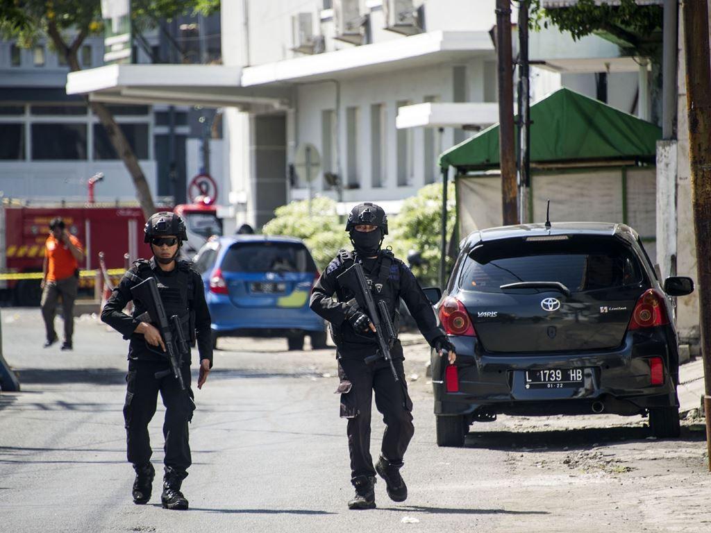 Ledakan bom di Surabaya. (Foto: AFP).