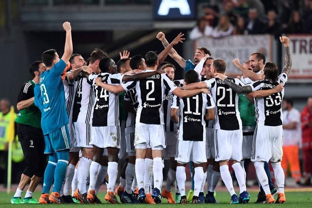 Para pemain Juventus merayakan gelar scudetto mereka secara beruntun usai bermain imbang tanpa gol atas AS Roma (Foto: AFP)
