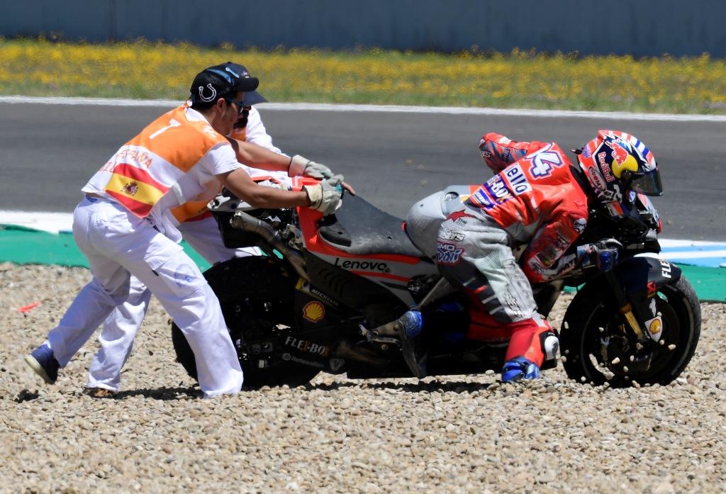 Dovizioso terjatuh pada GP Spanyol. (Foto: AFP PHOTO / JAVIER SORIANO)