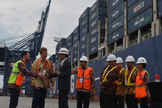 Presiden Joko Widodo (ketiga kiri) berjabat tangan dengan pemilik kapal ketika melepas ekspor komoditas Indonesia menggunakan kapal kontainer berukuran raksasa ke sejumlah negara di Terminal JICT, Tanjung Priok, Jakarta, Selasa (15/5). Foto: Antara/Wahyu