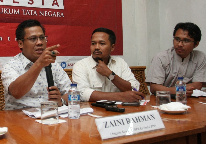 Ketua IKAPMII sekaligus eks Anggota Komisi XI DPR 2009-2014 Zaini Rahman (kiri), peneliti ASHTN Indonesia R. Ferdian Andi R (tengah) dan peneliti ASHTN Indonesia, Mei Susanto (kanan) dalam sebuah diskusi. Foto: Atara/Reno Esnir
