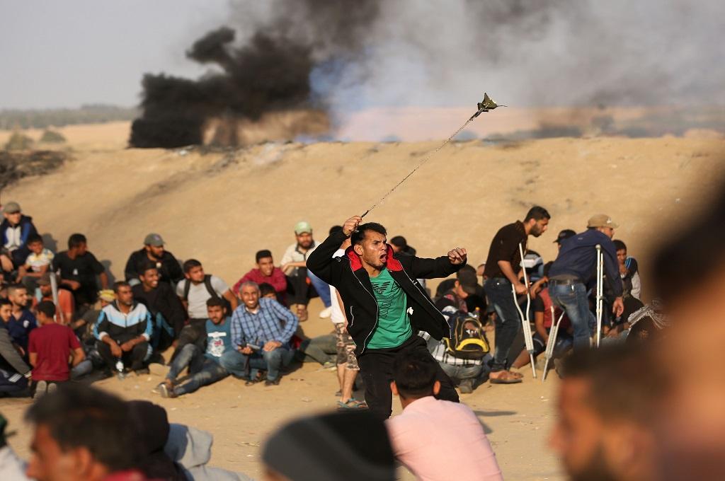 Warga Palestina bentrok dengan pasukan Israel di sepanjang pagar perbatasan Jalur Gaza, 15 Mei 2018. (Foto: AFP/MAHMUD HAMS)