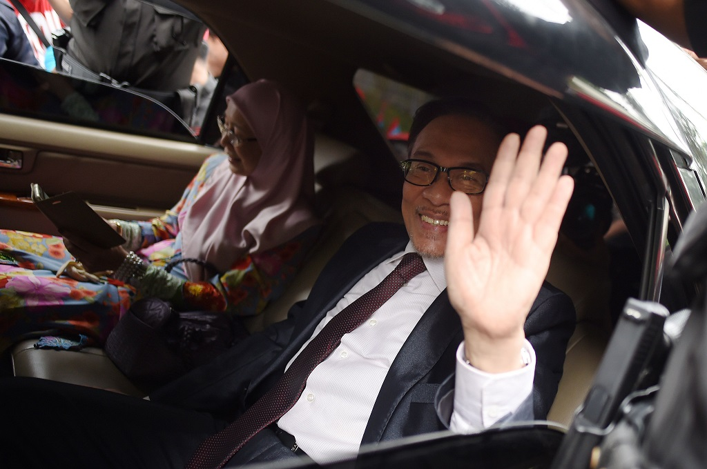 Anwar Ibrahim melambaikan tangannya kepada awak media di Kuala Lumpur, Malaysia, 16 Mei 2018. (Foto: AFP/MOHD RASFAN)