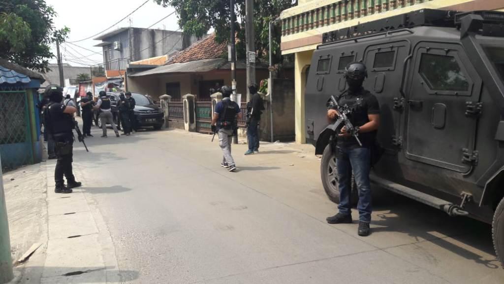 Densus 88 menggerebek rumah di Kunciran.