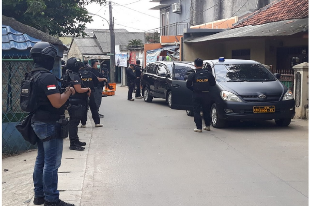 Polisi dan Densus 88 menggerebek sebuah rumah diduga dihuni terduga teroris di Jalan Raya Gempol, Kota Tangerang, Banten, Rabu 16 Mei 2018, Medcom.id - Hendrik