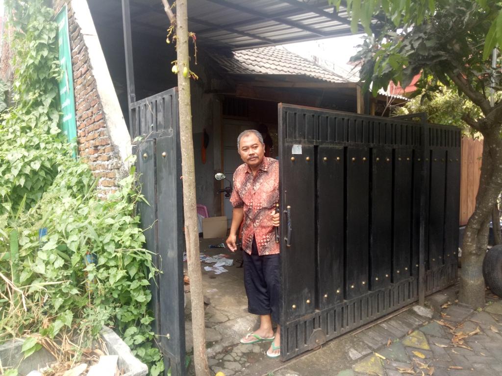 Arifin di rumahnya Jalan Kapi Sraba XI Blok 10 H nomor 12 RT 04/RW 16, Mangliawan, Kecamatan Pakis, Kabupaten Malang, Jawa Timur.