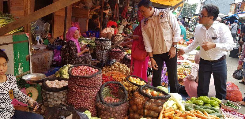 Satgas Pangan Sulsel saat mengecek harga komoditas di Pasar Terong Makassar
