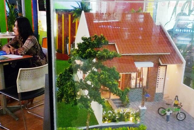 Maket rumah menengah dalam sebuah pameran. Antara Foto/Rekotomo