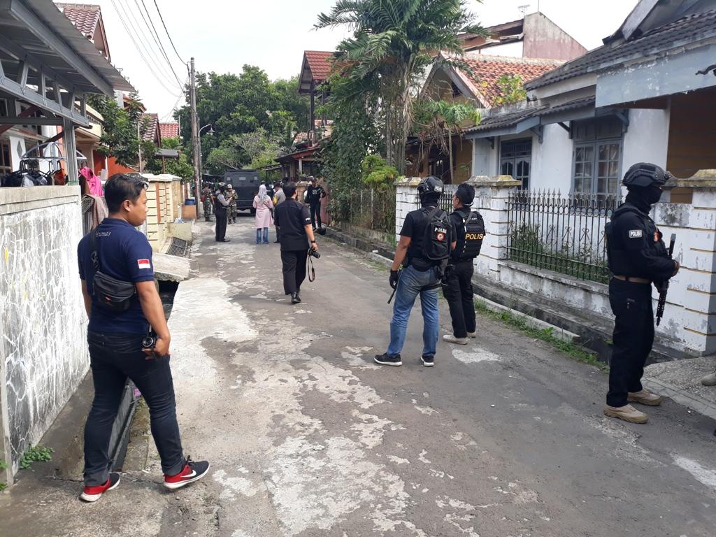Pengerebekan teroris di Perumahan Kunciran Mas Permai Jalan Delima RT 02 RW 05, Kunciran, Kota Tangerang. Medcom/ Hendrik