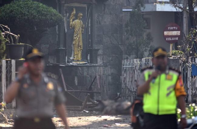 Polisi bersiaga di sekitar lokasi ledakan di Gereja Katolik Santa Maria Tak Bercela, Ngagel Madya, Surabaya, Jawa Timur. Foto: Antara/M Risyal Hidayat