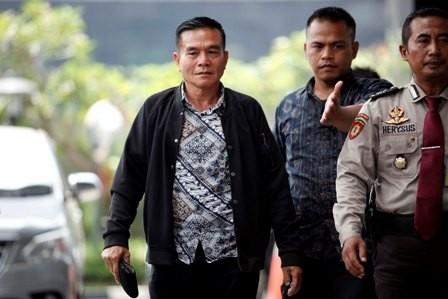 Bupati Bengkulu Selatan Dirwan Mahmud (berjaket hitam) tiba di KPK/MI/Rommy Pujianto
