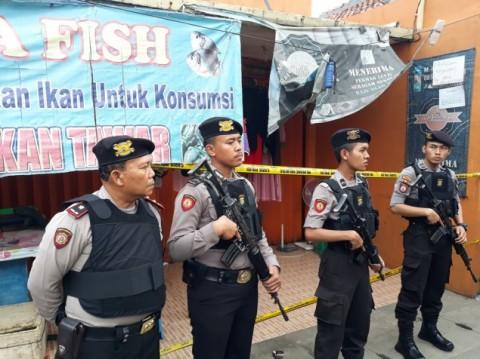 Polisi berjaga di lokasi penggerebekan terduga teroris di