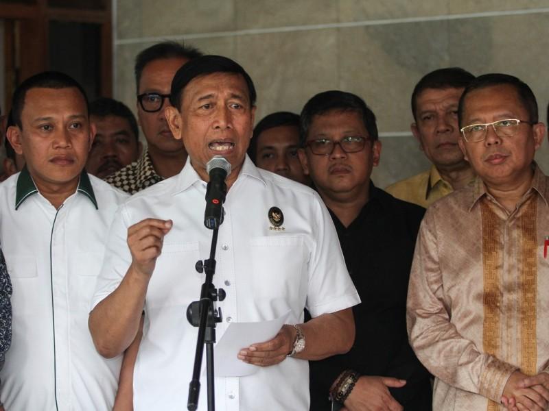 Menteri Koordinator Bidang Politik, Hukum, dan Keamanan Wiranto (tengah). (Foto: Antara/Dhemas Reviyanto).