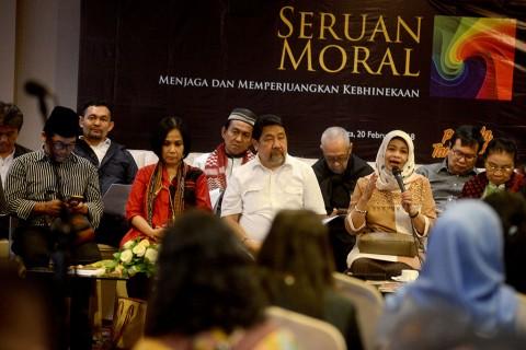 Aktivis perempuan Musdah Mulia (kedua kanan) beserta sejumlah