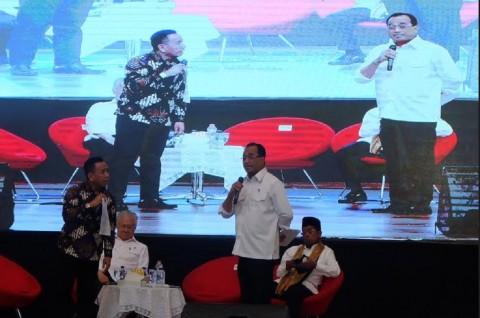 Menteri Perhubungan Budi Karya Sumadi (berdiri, kanan) saat