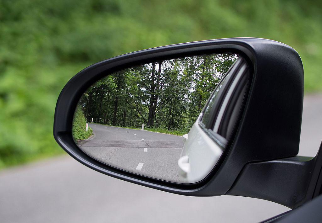 Pastikan kondisi spion samping sudah dalam posisi benar sebelum mengemudi. Wikipedia