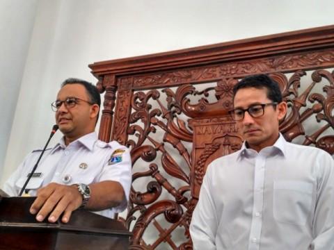 Gubernur DKI Jakarta Anies Baswedan (kiri) dan Wakilnya Sandiaga