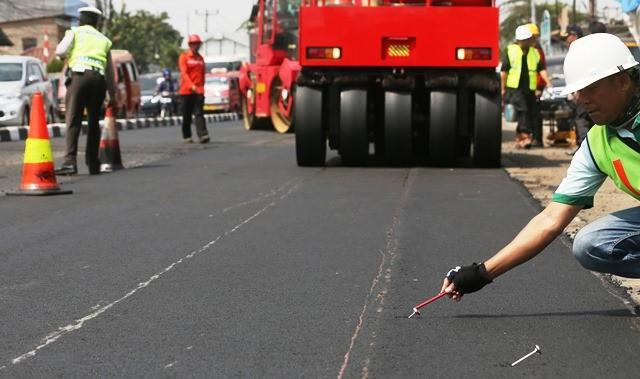 Pelapisan ruas Jl Sultan Agung, Bekasi, dengan aspal hotmix campuran limbah plastik pada September 2017. MI/Ramdani