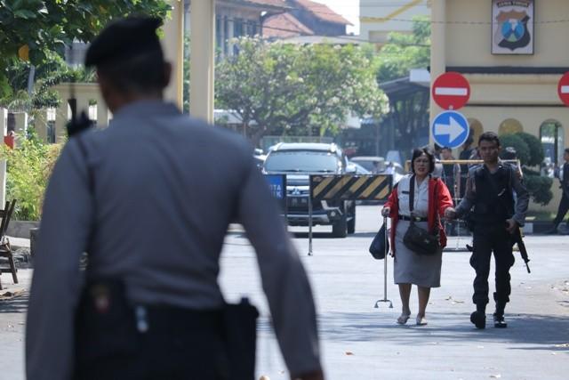 Polisi memgevakuasi Pegawai Negeri Sipil dari Polrestabes Surabaya setelah terjadi ledakan, Surabaya, Jawa Timur. Foto: Antara/Didik Suhartono.