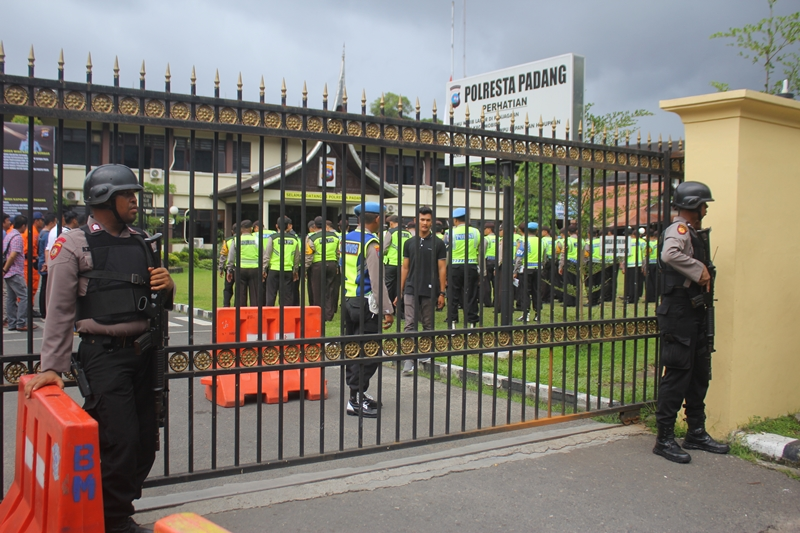 Pengamanan di depan Mapolresta Padang, Sumatera Barat. Medcom.id/Alex Rajes