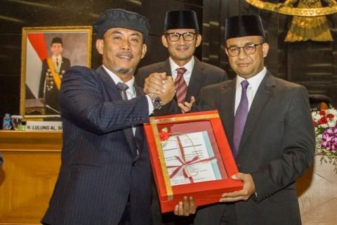 Ketua DPRD DKI Jakarta, Prasetio Edi Marsudi (kiri) bersama