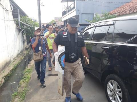 Polisi membawa buku yang diduga pedoman terorisme. (Foto:
