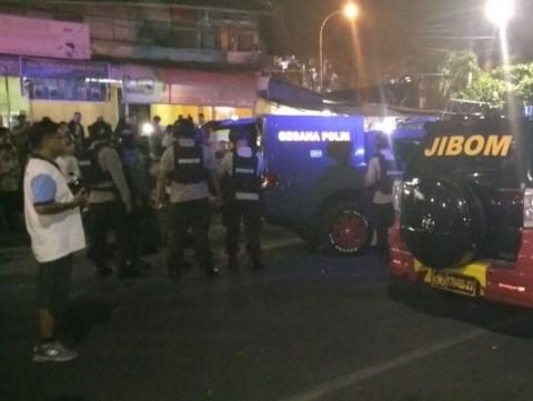 Polisi berjaga di area penemuan koper hitam misterius di Jalan