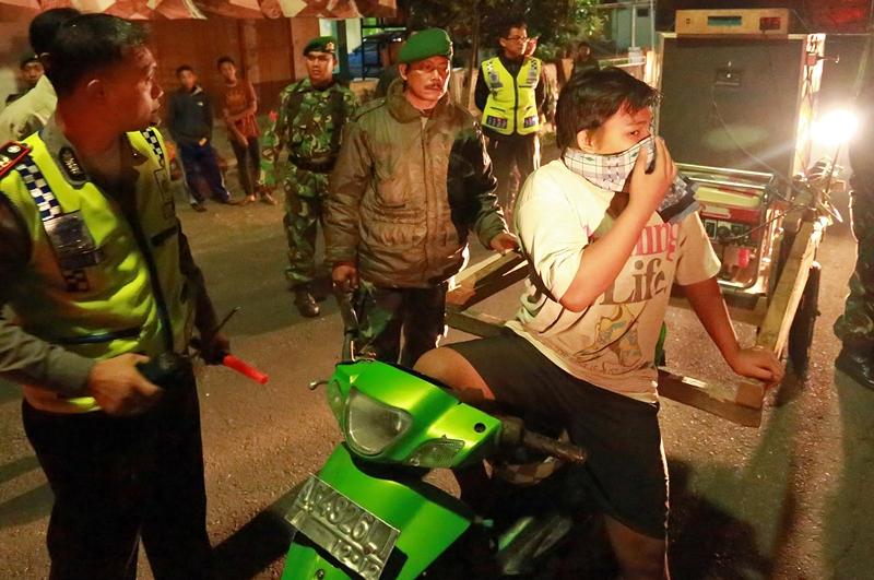 Petugas gabungan TNI dan Polisi mengamankan motor dengan peralatan soundsystem saat Operasi Cipta Kondisi di Blitar, Jawa Timur. Antara/Irfan Anshori