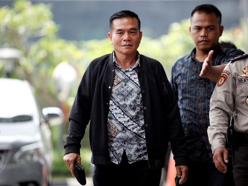 Bupati Bengkulu Selatan Dirwan Mahmud dikawal petugas ketika tiba di Gedung KPK, Jakarta, Rabu (16/5). (Foto: MI/Rommy Pujianto).