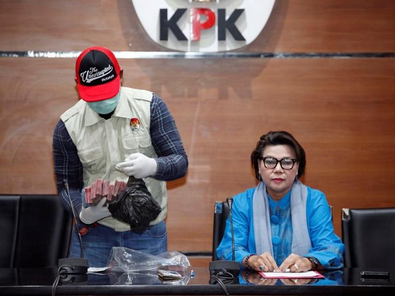 Wakil Ketua KPK Basaria Pandjaitan (kanan) menyaksikan penyidik KPK menunjukkan barang bukti hasil operasi tangkap tangan di Bengkulu Selatan dalam konferensi pers di Gedung KPK, Jakarta, Rabu (16/5) malam. (Foto: MI/Rommy Pujianto).