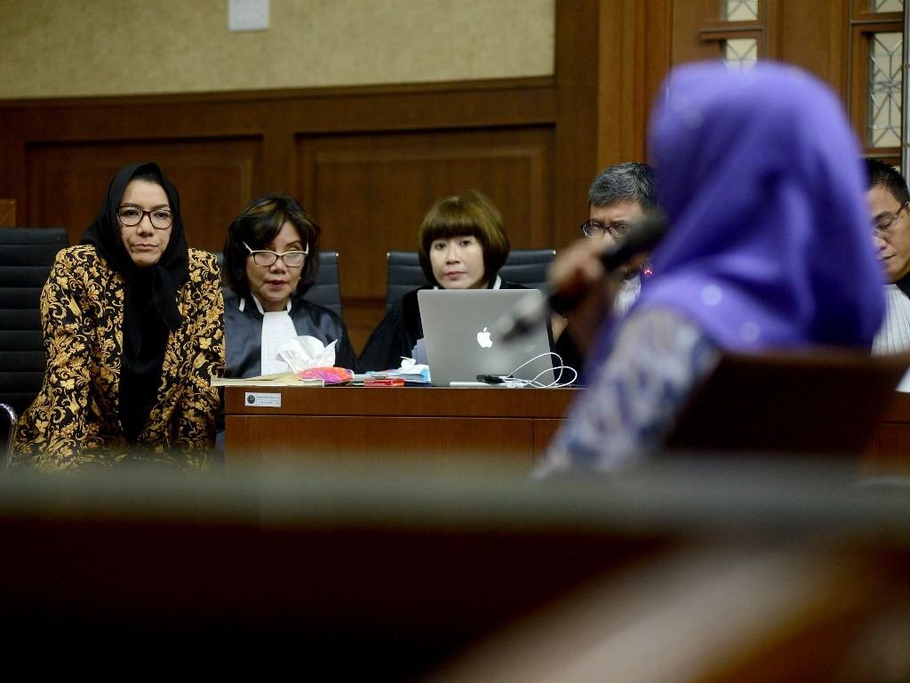 Terdakwa Bupati Kutai Kartanegara non aktif Rita Widyasari (kiri) memerhatikan pernyataan saksi dalam sidang lanjutan di Gedung Pengadilan Tipikor, Bungur, Jakarta Pusat, Rabu (16/5). (Foto: MI/Susanto).