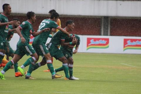 Para pemain PSS Sleman saat merayakan gol kemenangan atas