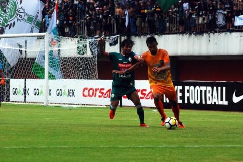 Pemain PSS, Tambun Naibaho (berkostum hijau) saat berebut bola