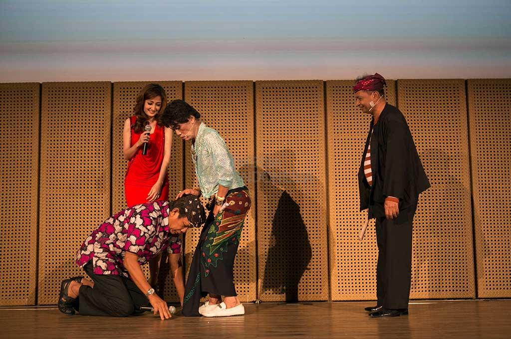Grup lawak Srimulat tampil menghibur penonton dalam pertunjukan 'Sulap Antibiotik' di Auditorium Galeri Indonesia Kaya, Grand Indonesia, Jakarta. (MI/ATET DWI PRAMADIA)