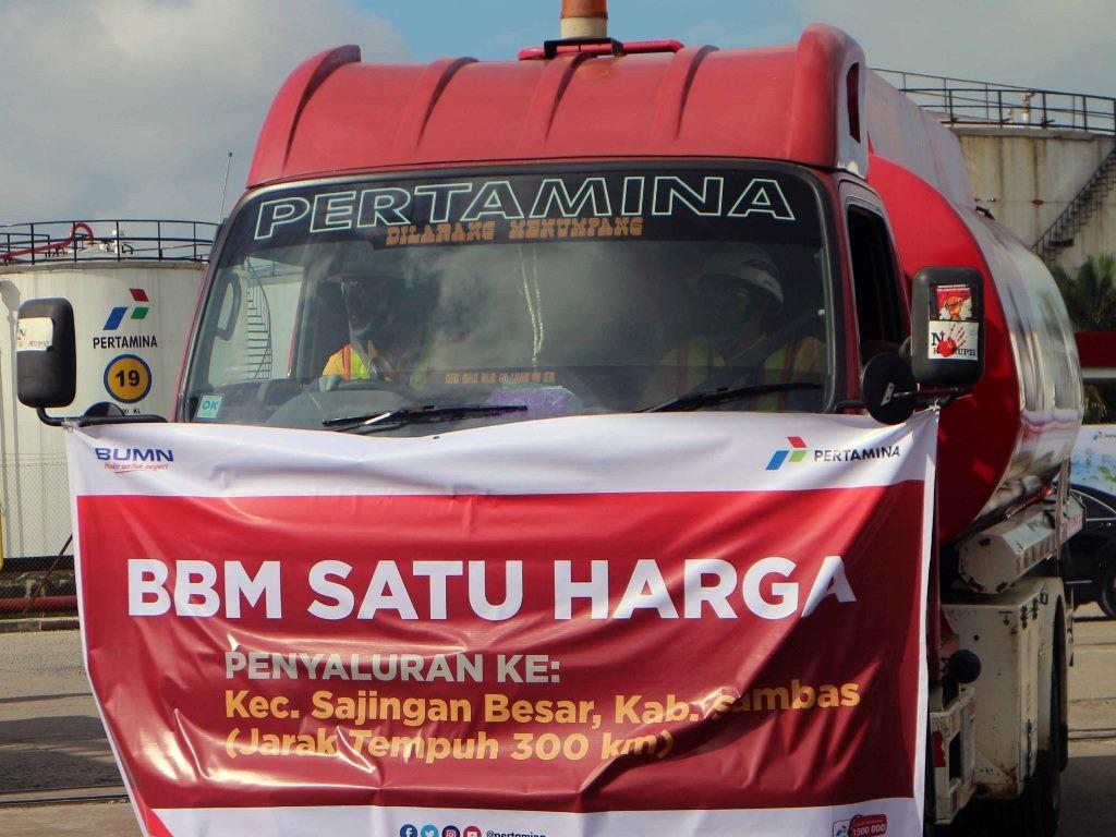 Mobil tangki Pertamiina siap mendistribusikan bahan bakar minyak (BBM) satu harga ke wilayah perbatasan Indonesia di Kalimantan Barat. (Foto: MI/Aries Munandar).