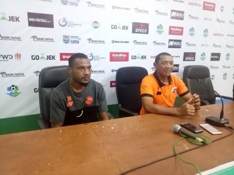 Pelatih Perseru Serui, I Putu Gede dan pemain Perseru, Jaelani