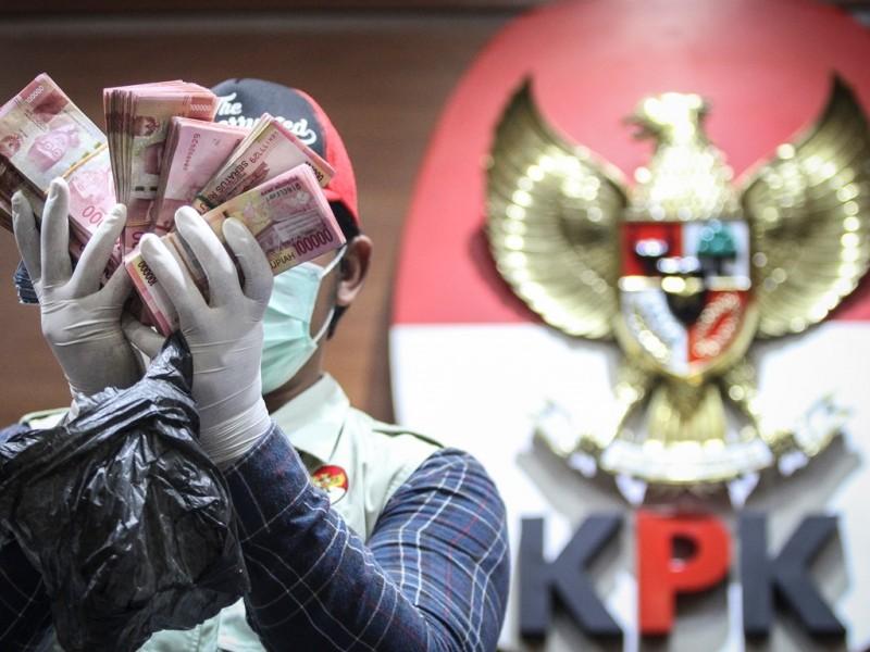 Petugas menunjukkan barang bukti OTT KPK di Bengkulu Selatan, Jakarta, Rabu (16/5). (Foto: Antara/Dhemas Reviyanto).