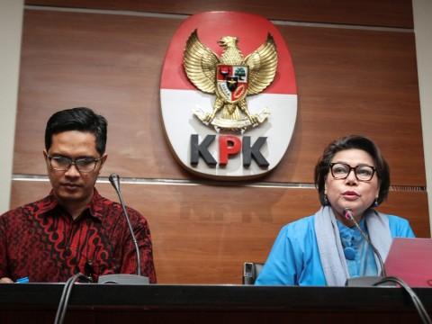 Wakil Ketua KPK Basaria Panjaitan (kanan) didampingi Juru Bicara