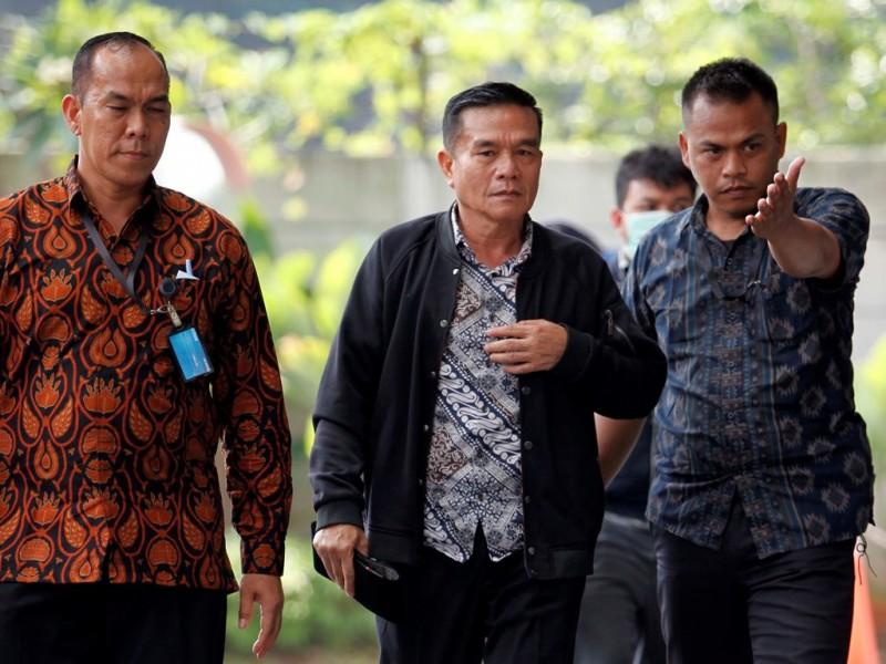 Bupati Bengkulu Selatan Dirwan Mahmud (tengah) dikawal petugas ketika tiba di Gedung KPK, Jakarta, Rabu (16/5). (Foto: MI/Rommy Pujianto).