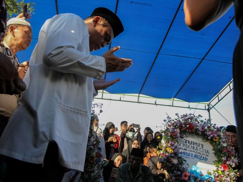 Wakapolri Komjen Pol Syafruddin berdoa disaat pemakaman Ipda Auzar yang menjadi korban penyerangan Mapolda Riau di Pekanbaru, Riau, Rabu (16/5). (Foto: Antara/Rony Muharrman).